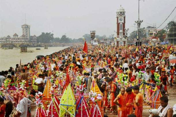 Kanwarias  At Bank Of  The Holy River Ganga